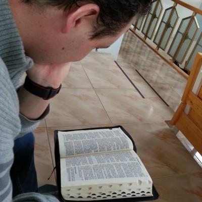 Raamattua tutkimassa